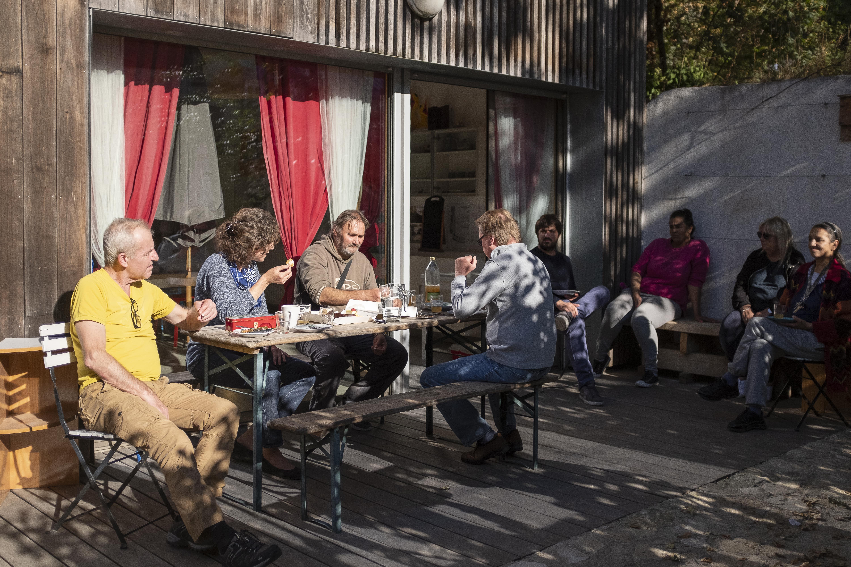 Des locataires de logements sociaux de l'Unafo en train de manger