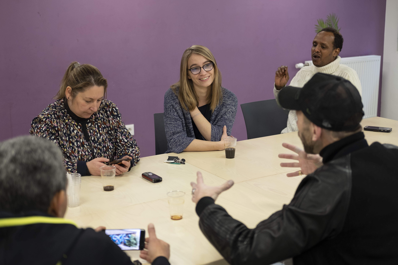 Discussion avec des locataires d'habitations accompagnées