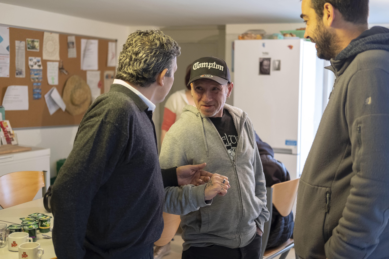 Discussion avec un locataire de logement accompagné